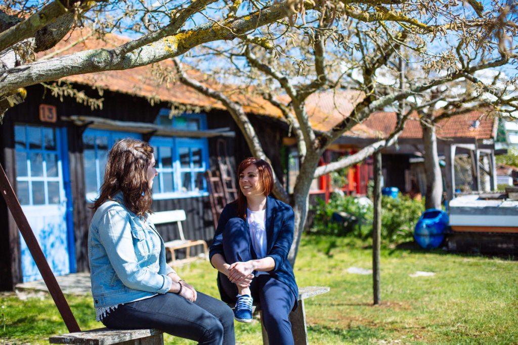 Flânerie entre filles dans le quartier de l'Aiguillon à Arcachon