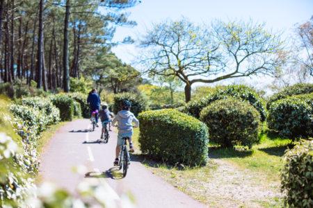 Balade à vélo sur la piste cyclable le long de la plage Pereire à Arcachon