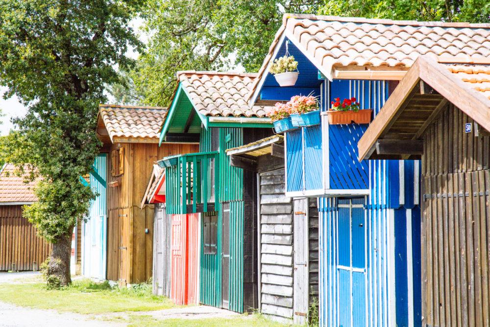 Les cabanes colorées du port de Biganos