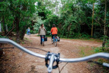 Balade à vélo entre copines dans la forêt au Cap Ferret