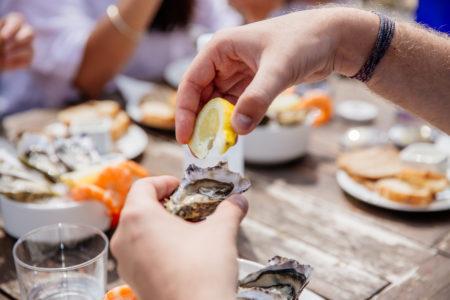 Dégustation d'huîtres dans une cabane au Bassin d'Arcachon
