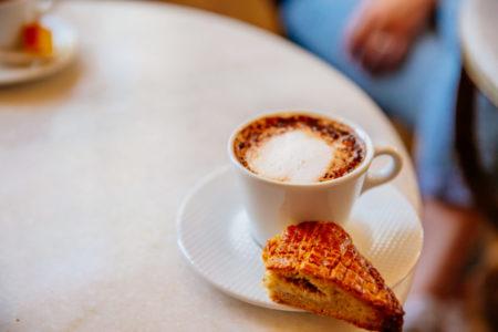 Manger une pâtisserie au Cap Ferret